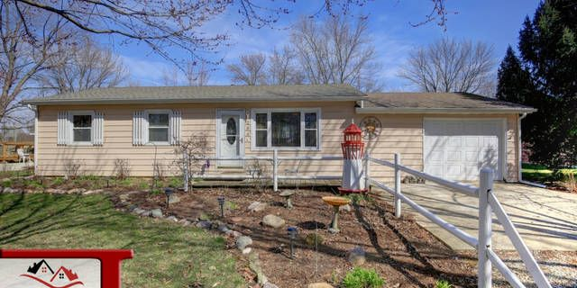 MOVE IN READY! This cozy home in the desired St. Joseph school district is waiting for its new owner! This home features a open dining/ living room, a kitchen with plenty of cabinet/ counter space, laundry room, 3 spacious bedroom, 1 full bath,