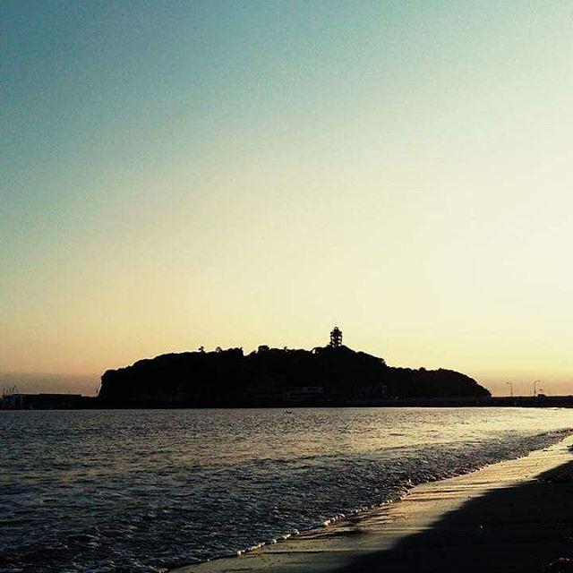 【7144hr】さんのInstagramをピンしています。 《Wed. 4.1.2017 #fitness#crossbike#trek#fx7#vew #sunset#beach#iland#sea#sky#silent  #散歩#夕焼け#海#空#波#音#静か#湘南》
