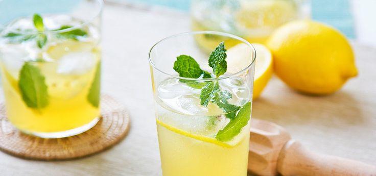 Besser als zuckerhaltige Softdrinks: selbstgemachte Limonade – schmeckt viel besser und du bestimmst was reinkommt. Hier 5 einfache Rezepte!