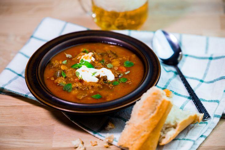 Vissa tänker skidåkningslunch och andra skollunch. Vem du än är så borde du göra gulaschsoppa oftare, det är ju så enkelt och blir så gott. Går lätt att göra vegansk om du byter ut högrev mot vegetariskt alternativ, bra va?