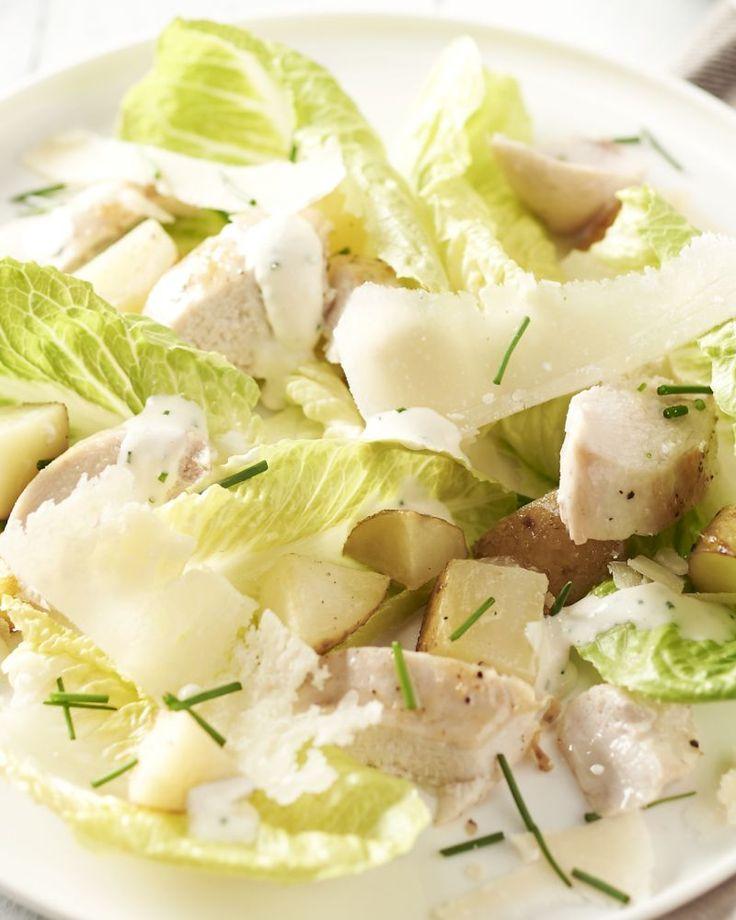 Ontdek deze heerlijke variant op Caesar salade met krokante sla, stukjes kip, een romige dressing, parmezaanschilfers en gebakken aardappel i.p.v. croutons.