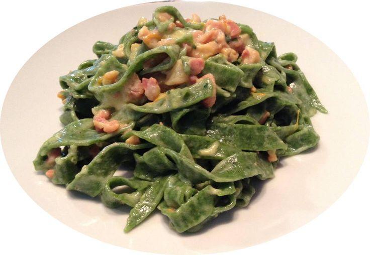 """TAGLIATELLE VERDI tipiche dell'Emilia-Romagna, sono una variante delle classiche tagliatelle di pasta all'uovo nel cui impasto entra la bietola o lo spinacio, particolari e delicate sono poi le tagliatelle verdi all'ortica (con cime tenere delle ortiche al posto degli spinaci). Il loro nome deriva dal verbo """"tagliare"""", dato che si ottengono stendendo la pasta in sfoglia sottile e tagliandola, dopo averla arrotolata. #FoodBlogger #ilBuongustaioCurioso#CarnevaliL"""