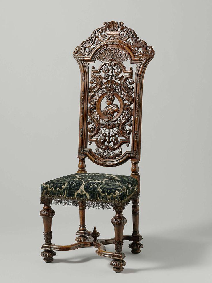 Anonymous | Chair, Anonymous, c. 1700 - c. 1725 | Stoel van notenhout. Het meubel heeft een beklede zitting en rust op balustervormige poten met geribde bolvoeten, die door een geslingerd X-vormig kruis zijn verbonden. De voorpoten zijn versierd met acanthusblad en kelkbladeren. De hoge, opengewerkte en gebeeldhouwde rug rust op gelede stutten. De hoekstijlen zijn bovenaan gebogen. Binnen het raam vertoont de rug in reliëf een vrouweborstbeeld en profil binnen toegewende C-voluten met een…