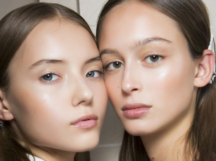 HIghlighter, Strobing und Co.: So schminken Sie das neue Sommer-Make-up mit Schimmer und Glitzereffekten, wie von der Sonne geküsst