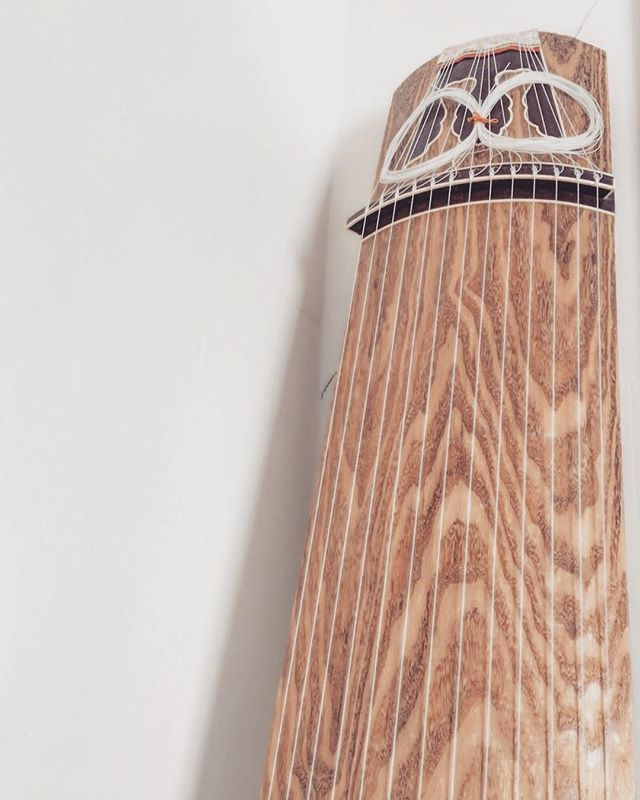 Koto ( instrument) from my mom.  Beautiful wood surface. Thinking of  design of quilt wallhangings for a silent auction early next year.  ------- #koto #instrumental #instruments #wood #japaneseinspired #mom #surface #surfacedesign ##琴 #弦 #宮城道雄 #wallhanging #silentauction #modernart #handmade #ハンドメイド  #kimono  #着物 #キルト #布 #手縫い #刺繍 #糸 #タペストリー #パッチワーク#クラフト #silentauction #wallhanging #刺し子 #magazine