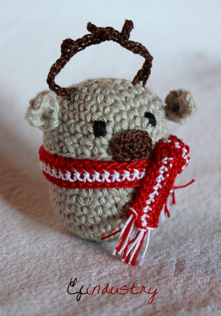 Reindeer crocheted on a Kinder Surprise container. Kinder meglepetés műanyag tojására horgolt rénszarvas.