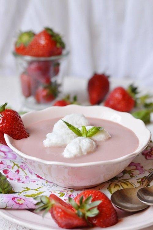 Vörösboros-tejszínes eperkrémleves