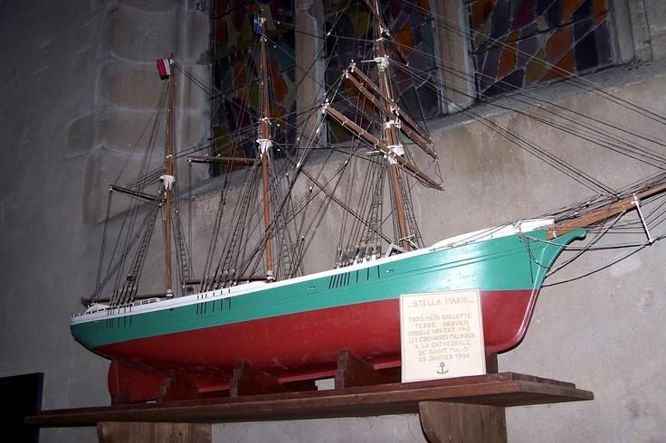Cet ex-voto, le « Stella Maris » immatriculé à Saint-Malo, est la réplique d'un navire terre-neuva. Il est gréé en trois-mâts barque et le drapeau de Saint-Malo, aux armoiries de la ville, flotte dans la mâture du navire morutier.
