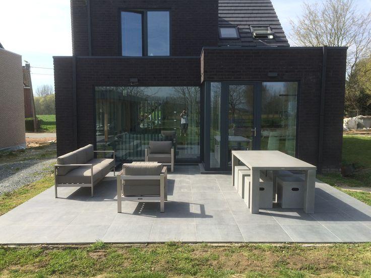 Strakke loungeset in lichte kleuren op grijze tegels