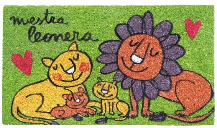 Felpudo Nuestra leonera. Un felpudo original y muy colorido perfecto para regalar. Con diseño de Anna Llenas, y lo tenemos en Decocuit, regalos y decoración en Burgos y también en www.decocuit.com.