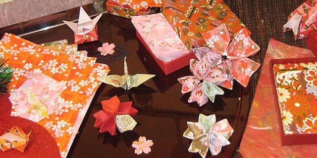 動画を見ながら作れば、誰でも失敗なし!色とりどりの折り紙は、見ているだけでも心が弾みますね。新年のおもてなしを、和の心溢れる折り紙でオシャレに飾ってみませんか?