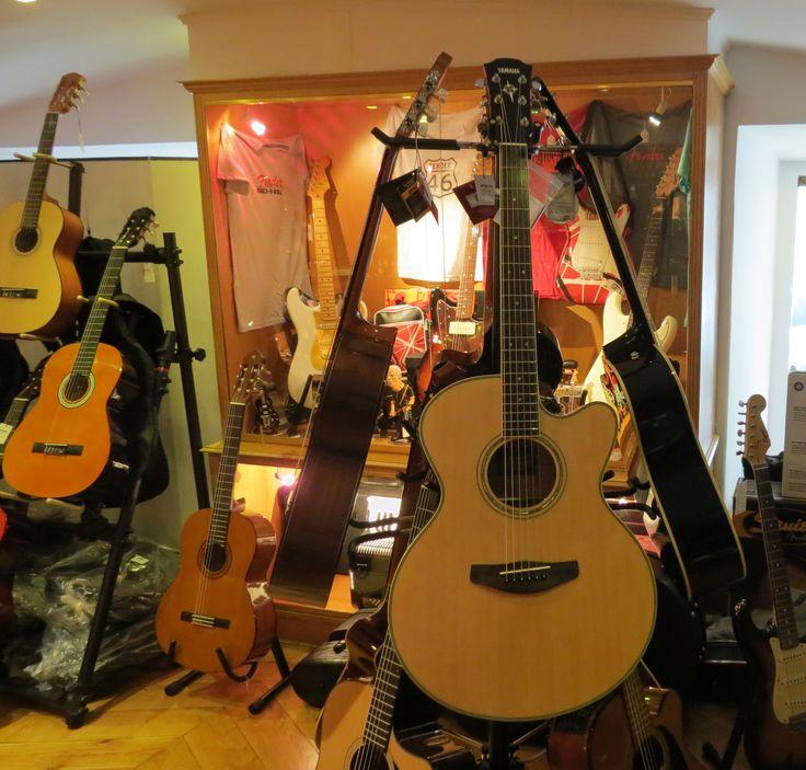 Guitarras eletroacústicas, acústicas ou de folk, encontra no Salão Musical de Lisboa. Marcas Yamaha, Takamine e Fender. Consulte o nosso site ww.salaomusical.com