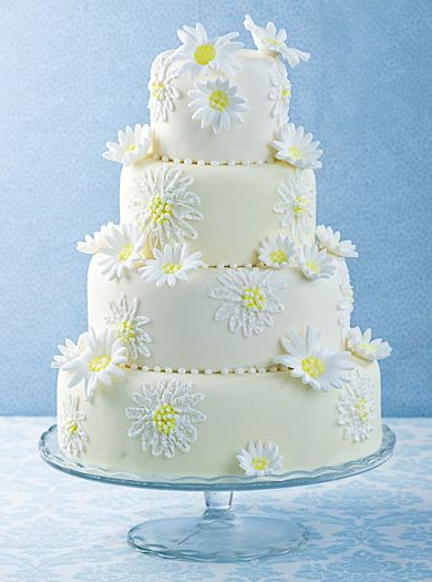 Gorgeous wedding cakes decorated with daisies - perfect for a spring wedding!