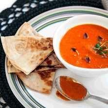 Italiensk tomatsoppa med mozzarellafyllda quesadillas - Recept - Tasteline