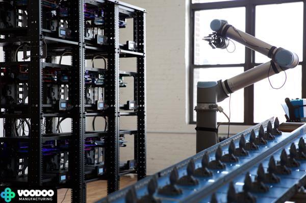 """Das im New Yorker Stadtteil Booklyn ansässige Unternehmen Voodoo Manufacturing hat das """"Project Skywalker"""" ins Leben gerufen, zu dem insgesamt neun 3D-Drucker und ein Roboterarm gehören. Letzterer kann nach erfolgtem Druck die Bauplatte automatisch entfernen und austauschen.Während sich viele Un"""
