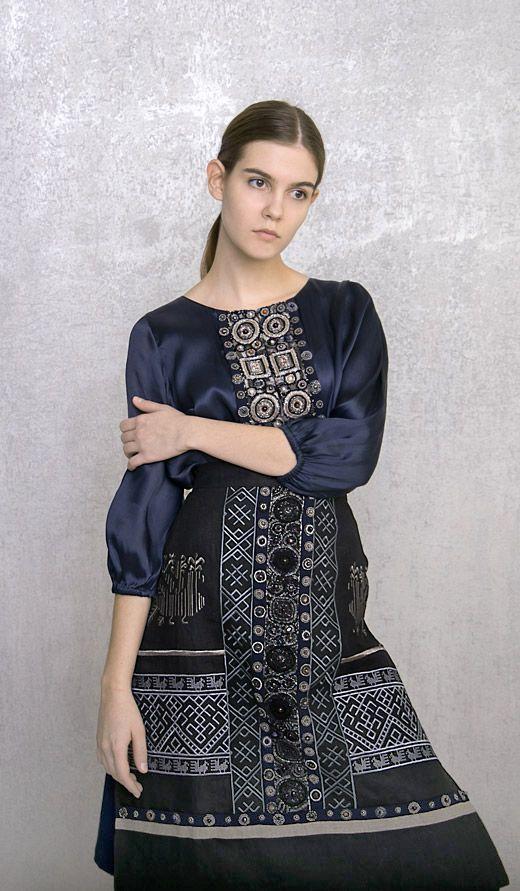 Фартук коллекции Levadnaja Details поверх шелкового платья классической модели