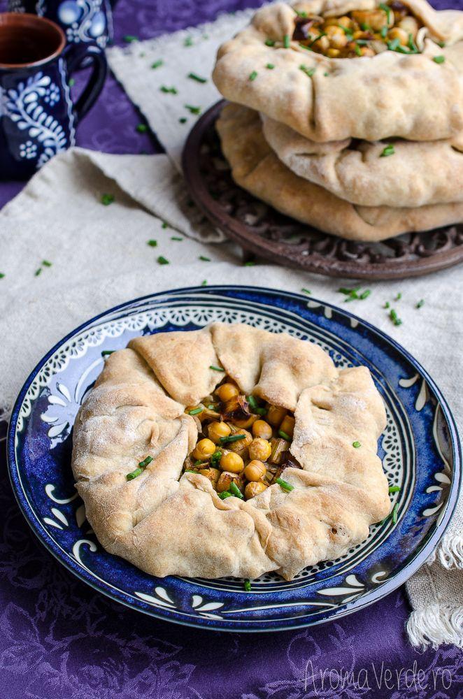 Galette cu praz și năut este o rețetă vegană potrivită pentru masa de Crăciun. Vei adora prazul combinat cu cimbru în această rețetă vegetariană de Crăciun.