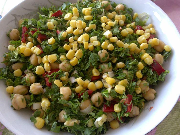 MALZEMELER:   1 kase pişmiş nohut   1 kase konserve mısır   3-4 dal yeşil soğan   yarım demet maydanoz   yarım demet nane   yarım demet d...