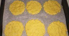 Gallette di mais fatte in casa150g farina gialla per polenta-150ml acqua calda-mezzo cucchiaino di sale-due cucchiai di olio di semi di girasole-spezie (curry,noce moscata)-semini e mandorle a lamelle per decorazione. Forno a 220/200. In forno per circa 10minuti..