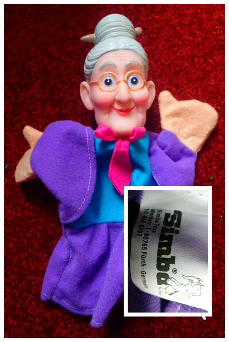 Katrijn, oma of grootmoeder poppenkastpop, Simba Toys. Puppet, Puppe, paars, purple granny, rubber head, handpop, Fürth, Germany. Handdoll, beenloos, elephant. Eigen verzameling.