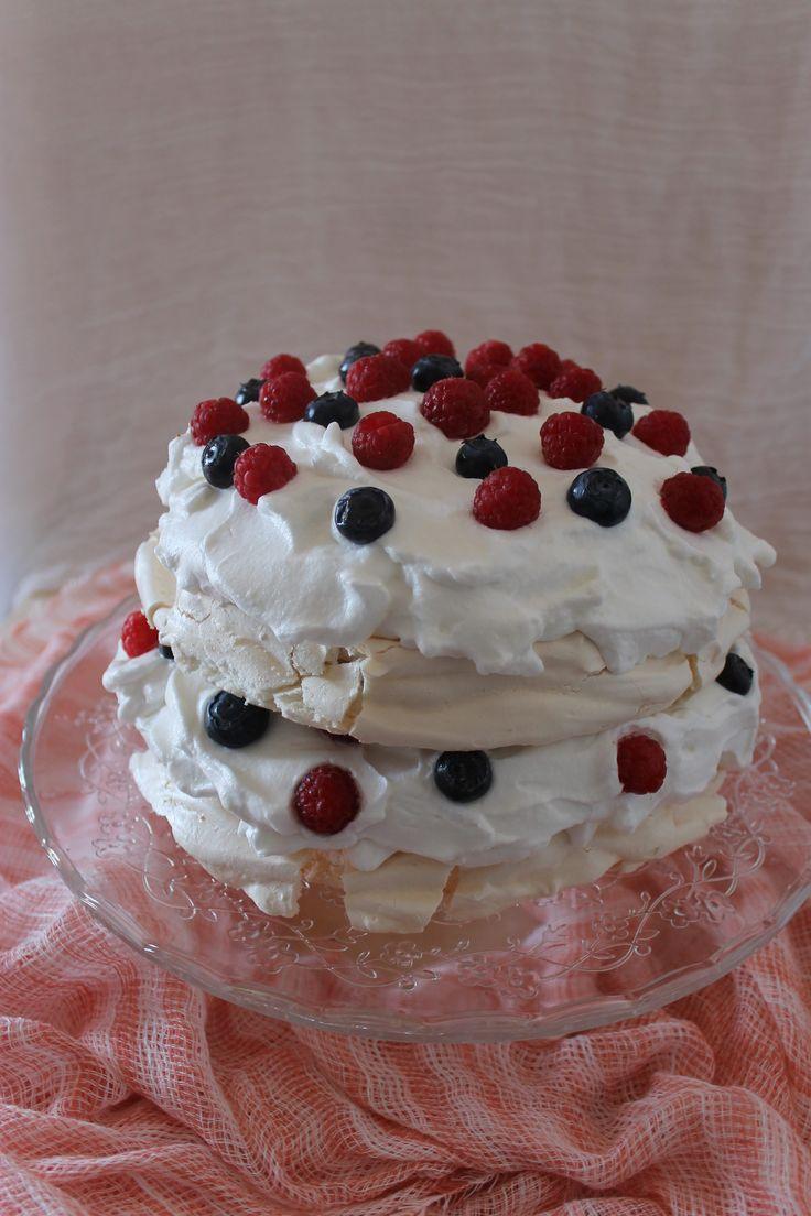 torta pavlova, una soffice meringa croccante fuori e morbida dentro, panna montata e frutti di bosco! Una delizia e un risultato che toglierà il fiato ai vostri ospiti!