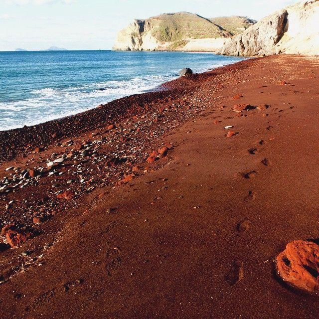#Santorini has so unique #beaches!  Photo credits: @josephinelkw