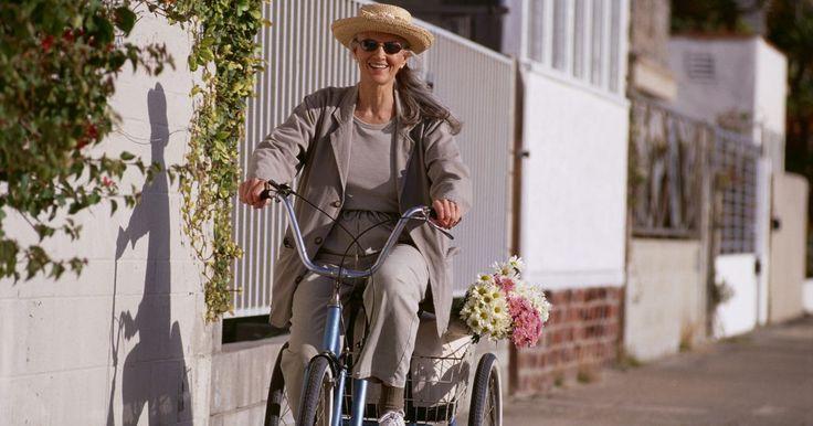 Como construir suas próprias peças de triciclo. Triciclos não são apenas para crianças pequenas. Adultos, idosos e crianças mais velhas podem precisar de maior estabilidade para propósitos de segurança. Se o seu equilíbrio não é bom ou se você possui alguma deficiência, você pode desfrutar de atividades ao ar livre em um triciclo para adultos, diminuindo a probabilidade de queda. Um triciclo ...