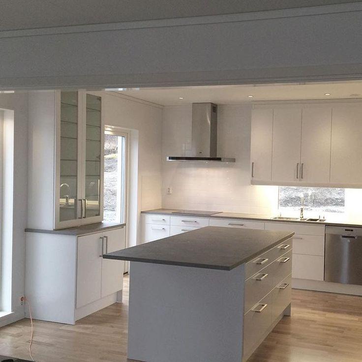 Köksön och vitrindelen är äntligen på plats #hjältevadshus #spira211 #nybygge #husbygge #ballingslöv #ballingslövkök @ballingslovab #husdrömmar #drömhus #intedning