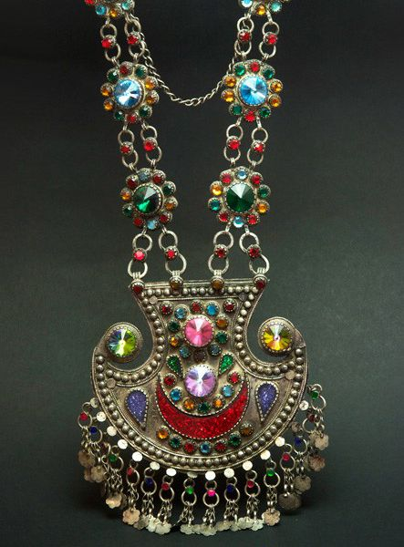 Afghanistan | Detail from an old Pashtoon silver and glass necklace | ca. early 20th century | 1.150€