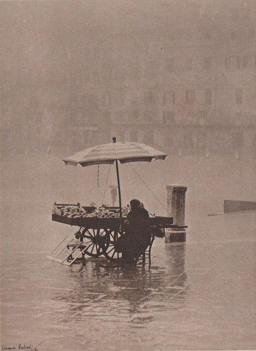 Así no'más...Rain on the Square byVincenzo Balocchi