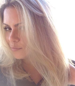 Desde que descolori, semana passada, tô usando a máscara Pro-Hair DD Crem, da @nickvickbrasil , que é rica em aminoácidos (essencial sempre, e ainda mais nessa fase!) e outras proteínas (pra ajudar na reconstrução), e tô gostando muito! 😍  Querem resenha? Ela é super boa pra cabelos quimicamente tratados, oferece proteção UV 🙌🏻, tem bom preço e lembra muito aquela rosinha do Lee que eu amo! ✨👩🏼#BlondeHair #JuroValendo #Nick&Vick