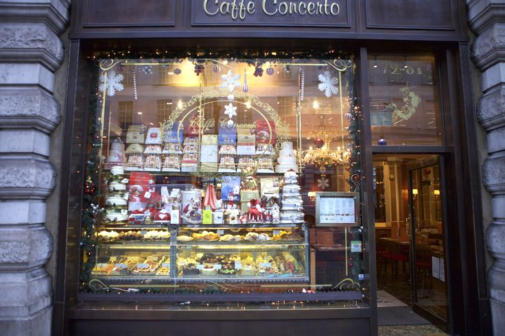 @caffeconcerto on #RegentStreet know that you can't have #Christmas without cake.