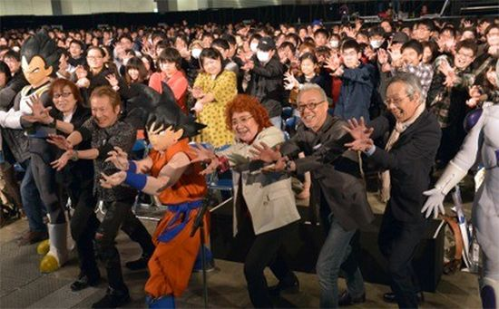 Goku's Voice Actor + 1000 Fans Do A Kamehameha | Otaku USA