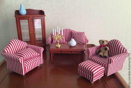 Купить или заказать Мебель1:12 для гостиной в интернет-магазине на Ярмарке Мастеров. Набор мебели для кукольной гостиной: диван и два кресла с подушками, танкетка, столик, сервант Диван 13.5х7х7 см Кресло 7,5х7х7 см Сервант 8,5х4х14 см Столик 10х5х4 см Набор мягкой мебели (диван и два кресла с подушками) - 1480 р. ПРОДАНО Телефон винтажный 338 р. Белый, черный, розовый В наличии есть и другие предметы интерьера для оформления румбоксов и кукольных домиков.