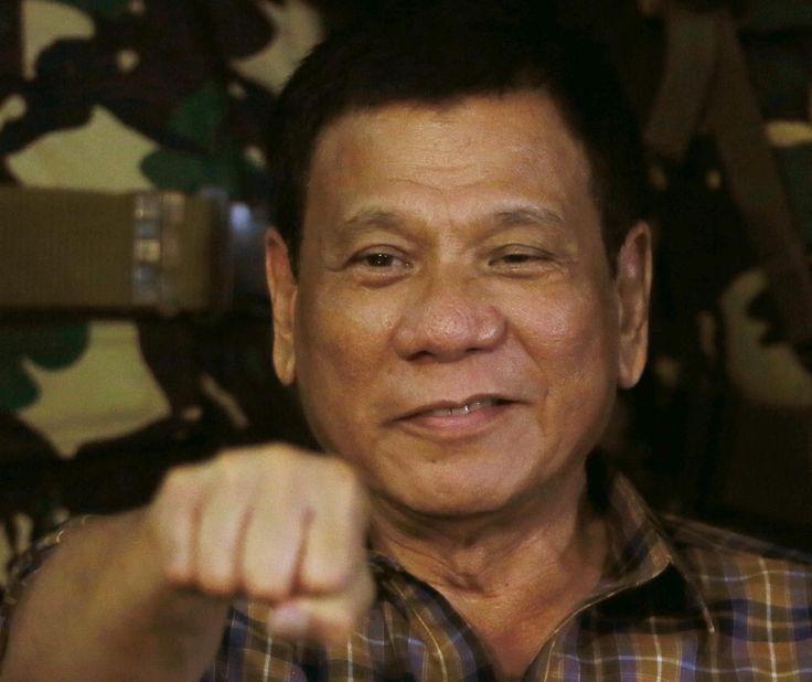 """MANILA, Filipinas (AP) — El presidente de Filipinas, Rodrigo Duterte, elevó la retórica sobre su sangrienta campaña contra el crimen a un nuevo nivel el viernes, comparándola con Hitler y el Holocausto y apuntando que estaría """"contento de matar"""" a tres millones de adictos."""