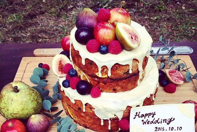 とてもタイプなケーキ♡♡♡ 王道ないちごもかわいいけど、ミニリンゴやいちぢくがツボ!かわいすぎる!♡ これを3段でやりたい♡♡ #ネイキッドケーキ #プレ花嫁 #ウェディングケーキ #結婚式準備 #ナチュラル