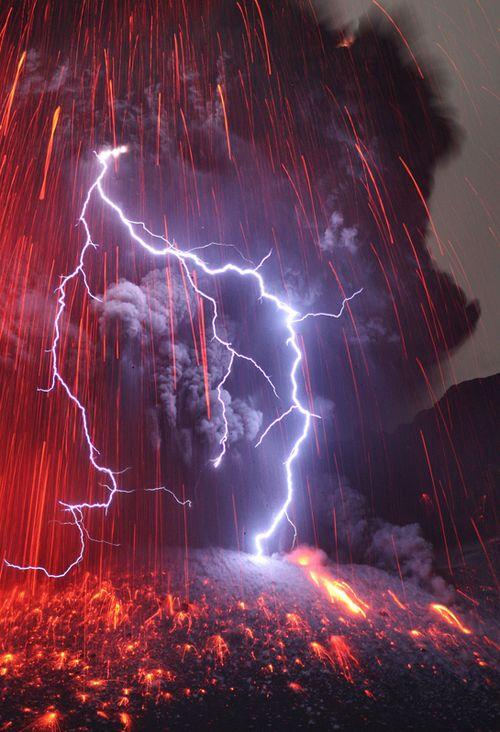 Foudre heurtant le volcan Sakurajima