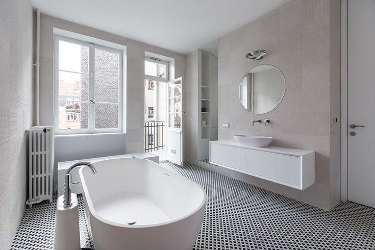REINVENTARE IL CLASSICO A STRASBURGO: IL BAGNO / 2 Il bagno è dotato di arredi bianchi, su disegno YCL Architetcs, e un pavimento in ceramica optical che ripete lo schema del corridoio. Alle pareti rivestimenti in ceramica decorati da un leggero rilievo.