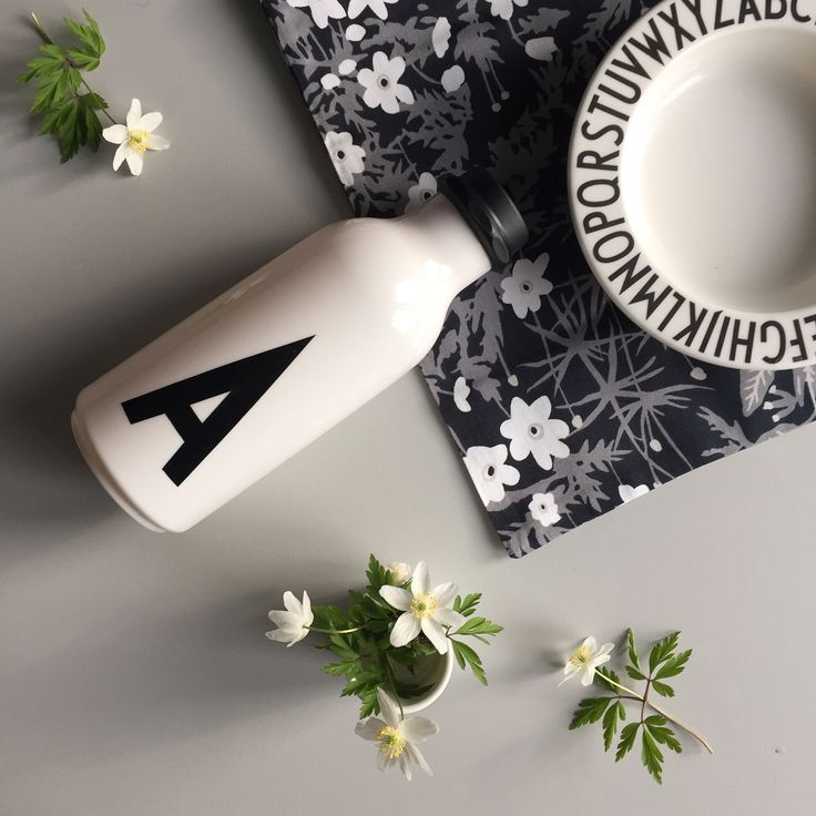 It's spring when we see the first white anemone in the nature! Mix with our Flowers by AJ blanket which also features the Nordic windflower in a cool monochrome pattern - for a cool and spring like picnic.