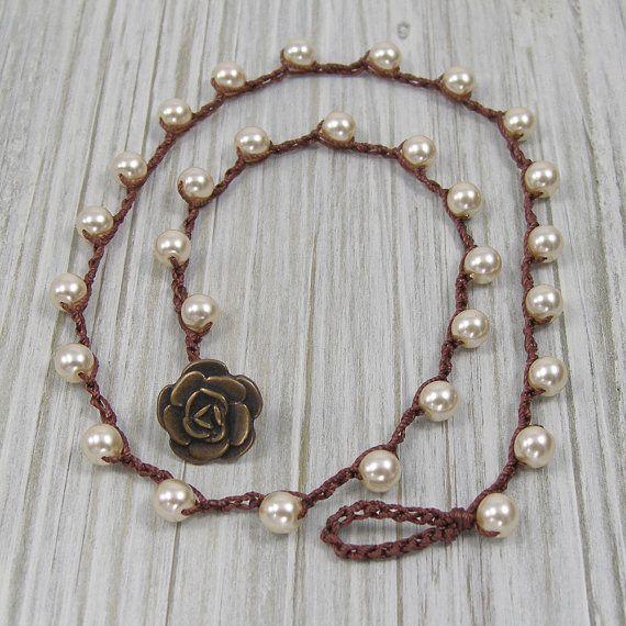 Collana di perle all'uncinetto con fiore pulsante di jkadesigns