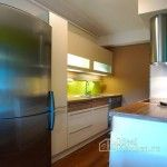 маленькая белая кухня в квартире-студии