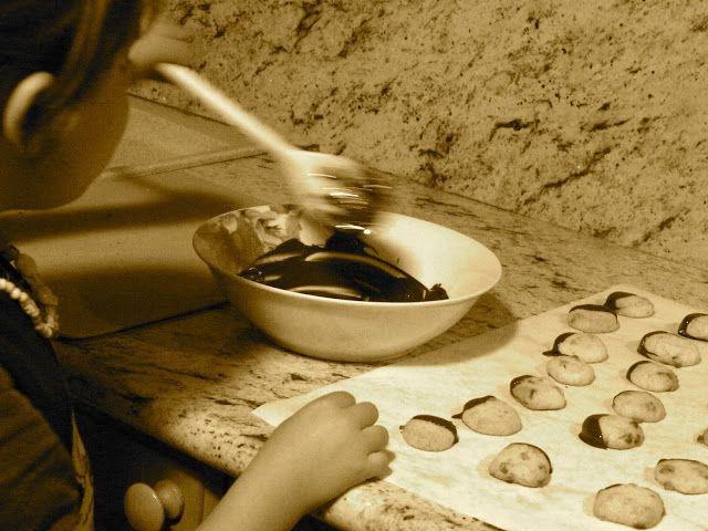 Profumo di broccoli: per circa 60 biscotti:  250 g di farina Petra per frolla 100 g di farina Petra integrale con tutto il grano 100 g di gocce di cioccolato bianco 200 g di zucchero  200 g di burro a temperatura ambiente 100 g di uova 1 pizzico di sale 200 g di cioccolato fondente fuso per la decorazione finale  Preparazione (tempo 30' + riposo  in frigorifero di almeno 30') settembre 2015