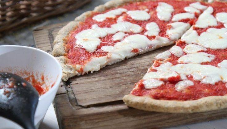 Ideale per adulti e bambini, la pizza da piatto con quinoa è un'idea fuori dal comune fatta di gusto e di salute. Provatela!