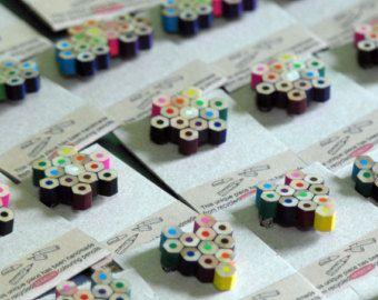 Colgante lleno de cariño, hecho a mano en nuestro studio con lapices de colores reciclados. Tratamos y sellamos los lapices con un proceso