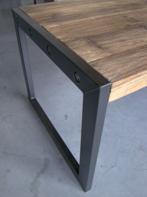verweerd houten tafel met metalen onderstel