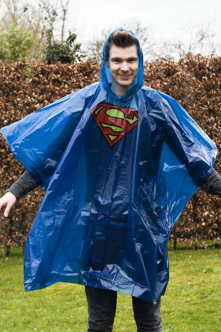 Ga je binnenkort naar een festival, maar wordt er niks anders dan regen voorspelt? Dan ben je waarschijnlijk op zoek naar een originele regenponcho. De Superman poncho is niet alleen grappig, maar ook heel stoer. Je zou bijna willen dat het gaat regenen. Bijna... Je koopt de Superman poncho van DC Comics online bij Ditverzinjeniet.nl.