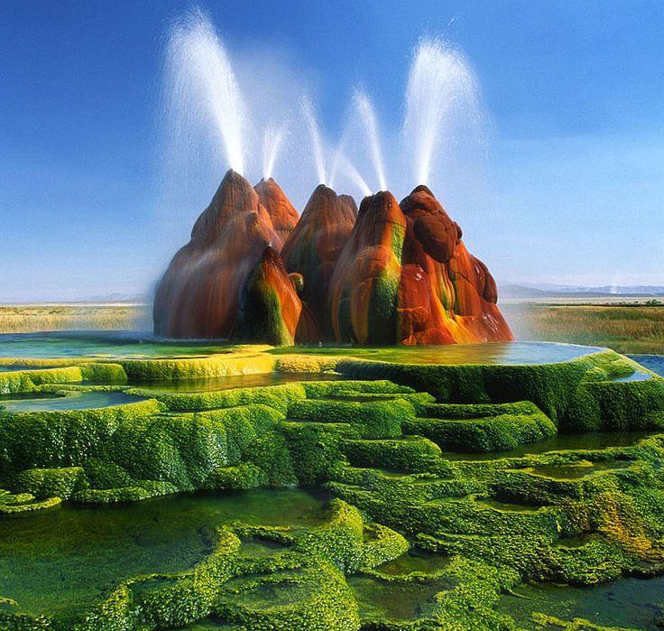 3. Grand Prismatic Spring, dans le parc national de Yellowstone aux Etats-Unis et le Fly Geyser, Nevada, également aux Etats-Unis