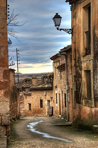 Calle típica de Maderuelo   Segovia, Spain