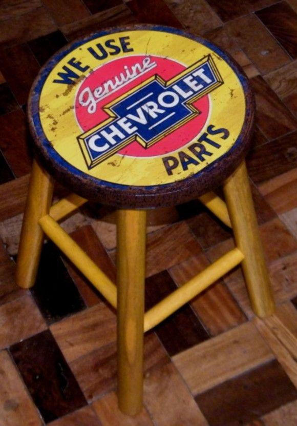 Banqueta madeira estilo vintage com cerca 45 cm altura e 28 cm diâmetro. Tampo e borda decoupados e envernizados especialmente para resistência e brilho. Pernas pintadas com verniz colorido.