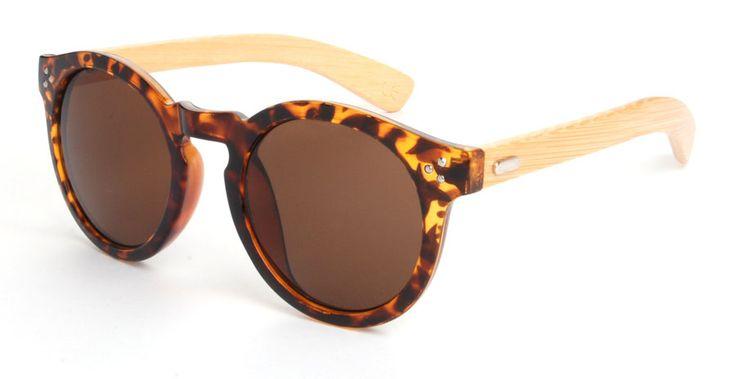 Deze zonnebril voldoet helemaal aan de trend van 2015; houten zonnebrillen. De zonnebril doet denken aan de RB4222 van Rayban, daarnaast is hij handgemaakt en duurzaam.